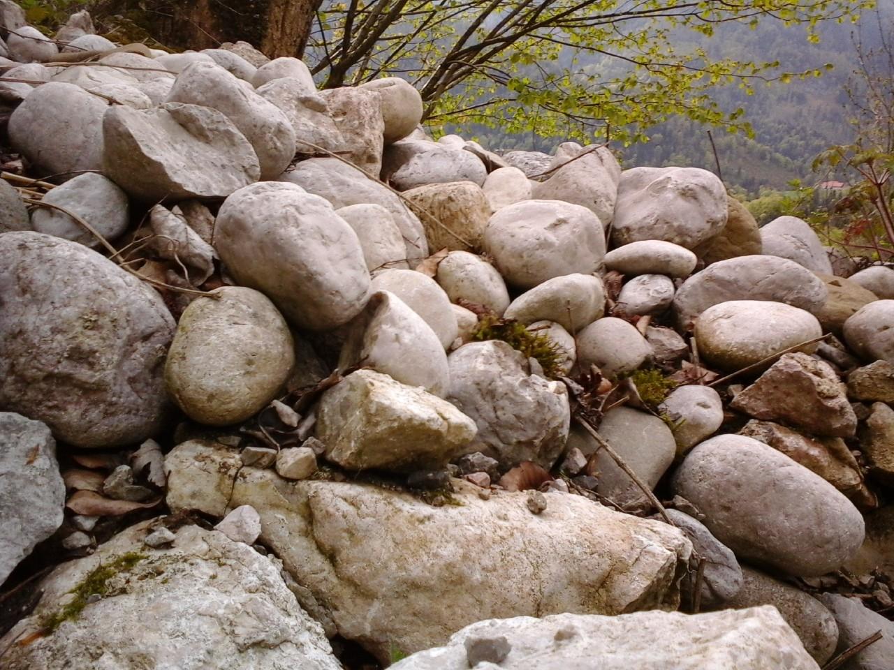 Steine sammeln Steine wegwerfen